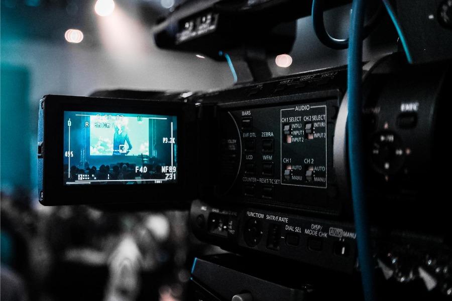 撮影や映画でのオールアップとクランクアップは同じ意味なのか?クランクイン・クランクアップ・オールアップの由来は?